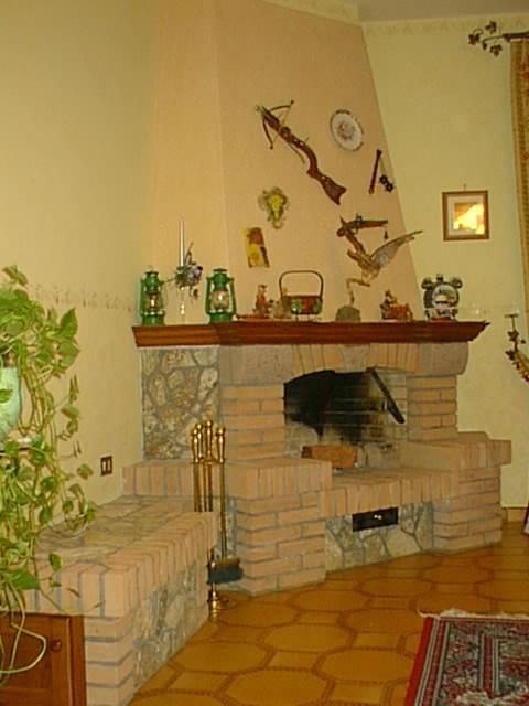 Caminetto in pietra invecchiata e mattoni meraviglioso e - Camini rustici in pietra e legno ...